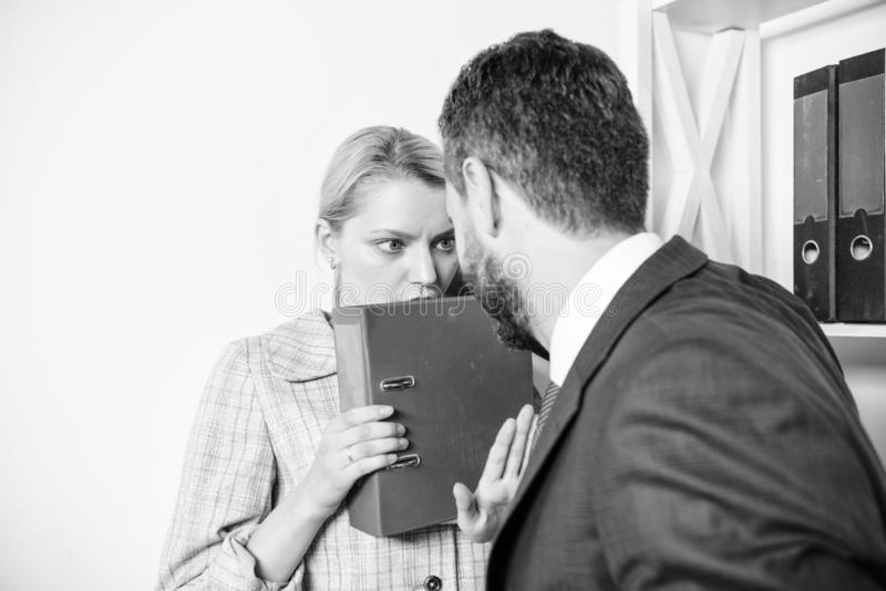 Concetto d'oppressione del posto di lavoro Movimento contro molestia sessuale Ginocchio di tocco fotografia stock