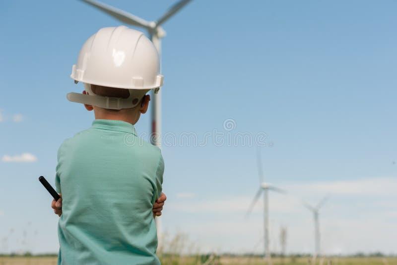 Concetto degli ingegneri e dei mulini a vento fotografie stock
