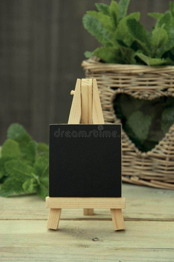 Concetto degli ingredienti delle bevande di estate Lavagna con le foglie della menta piperita Foglie di menta di eco del giardino fotografie stock