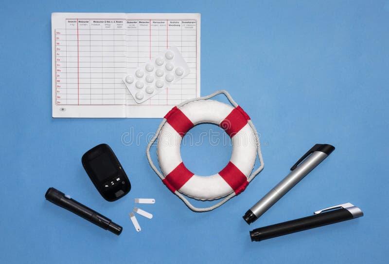 Concetto degli utensili di salvataggio di un diabetico: strumento di misura, dispositivo lancing, strisce test, diario nella ling fotografia stock