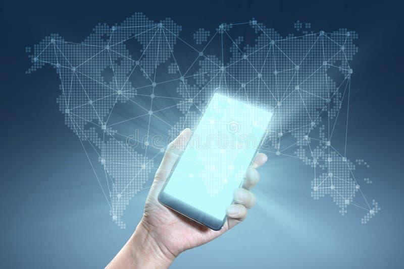 Concetto dei collegamenti globali mano che tiene Smartphone con un noioso fotografia stock