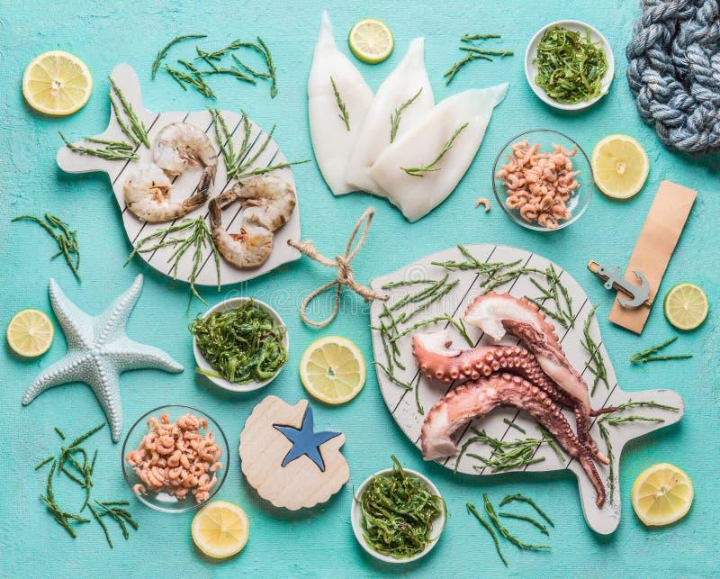 Concetto dei frutti di mare Vari frutti di mare: calamaro, gamberetto della tigre o del gamberetto, polipo, granchi del Mare del  fotografia stock libera da diritti