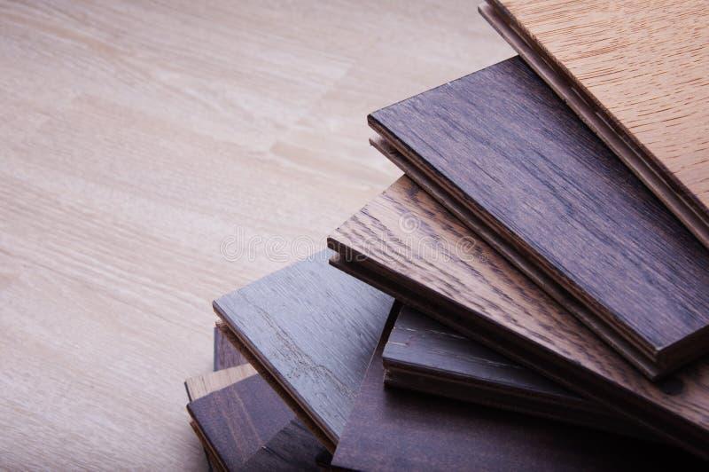 Concetto dei materiali campioni di pavimento di legno di struttura della piastrella per pavimento del vinile e del laminato sul f fotografia stock libera da diritti