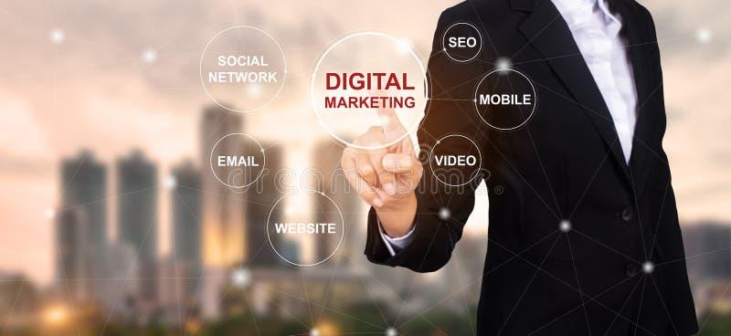 Concetto dei media digitali di vendita, uomo d'affari che seleziona cifra immagine stock libera da diritti