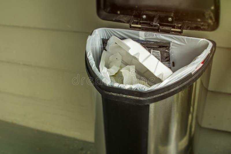 Concetto dei rifiuti della famiglia da gettare via fotografie stock libere da diritti