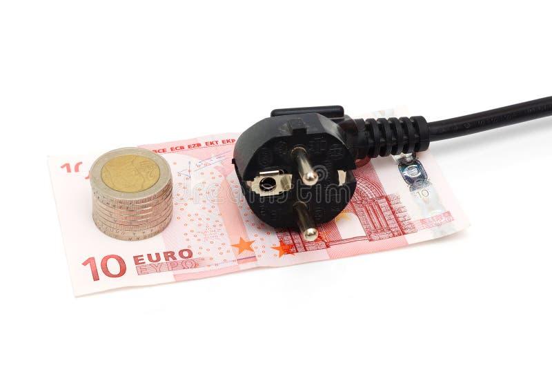 Concetto dei risparmi energetici con soldi e la spina di corrente dentro immagine stock libera da diritti