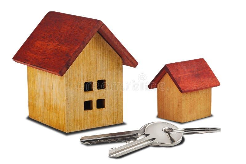Concetto 6 del bene immobile Casa di legno e chiave su fondo bianco isolato con le ombre Idea per il concetto del bene immobile,  fotografia stock libera da diritti