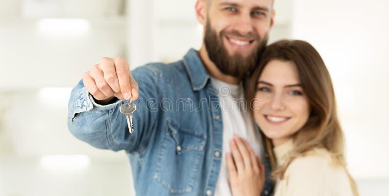 Concetto 6 del bene immobile Coppie che tengono le chiavi della nuova casa fotografia stock libera da diritti
