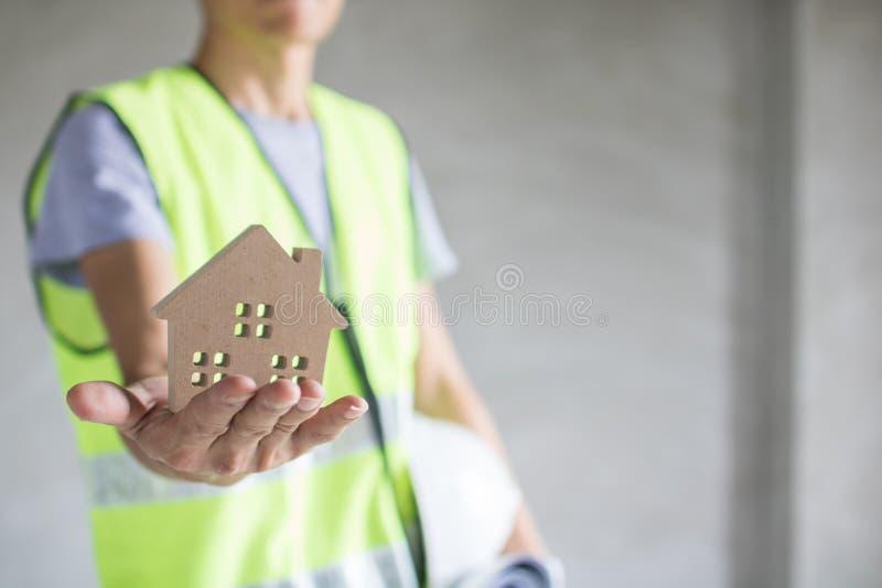 Concetto del bene immobile, modello della casa della tenuta dell'ingegnere, Bu di ispezione immagini stock libere da diritti