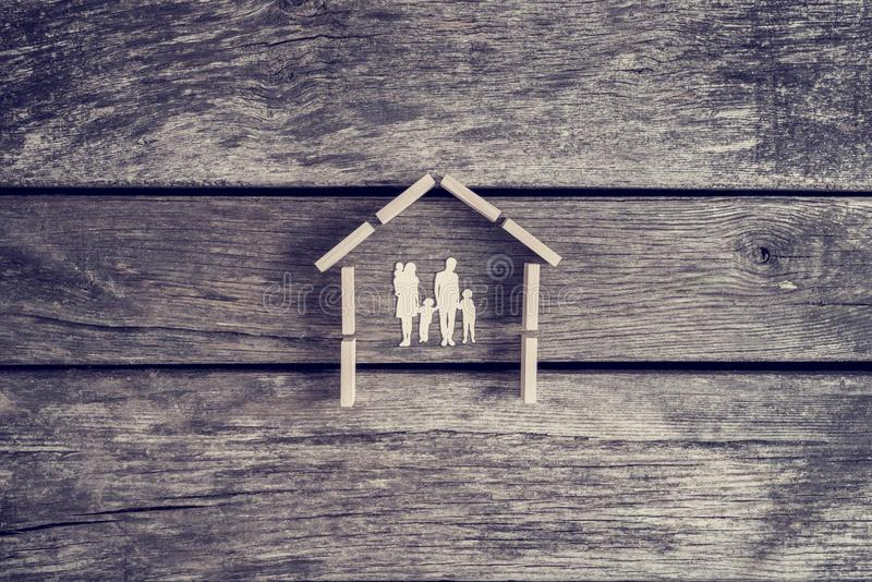 Concetto del bene immobile o della proprietà con tagliato di una famiglia con immagine stock