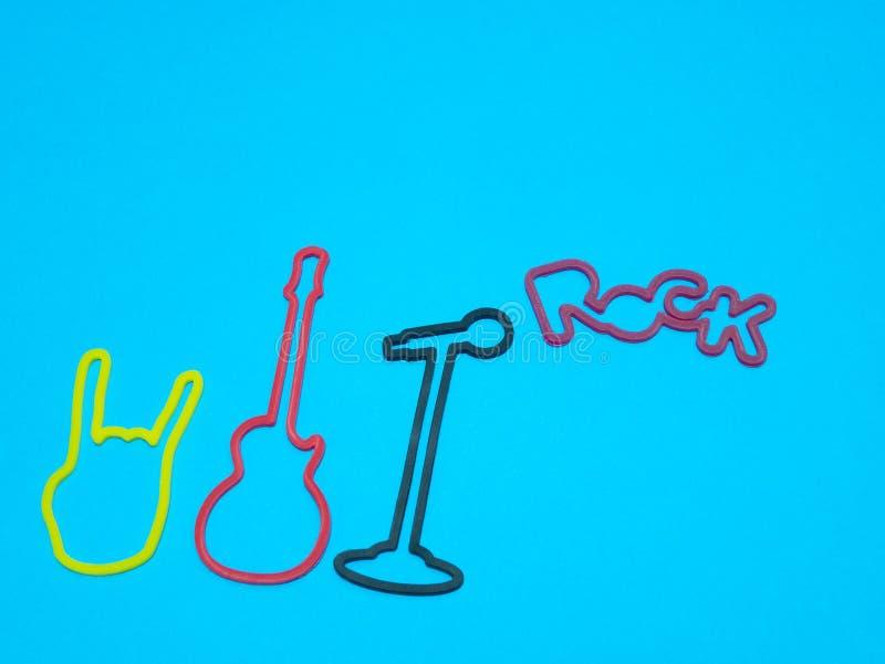 Concetto del biglietto dell'insegna di concerto rock su fondo blu immagine stock libera da diritti