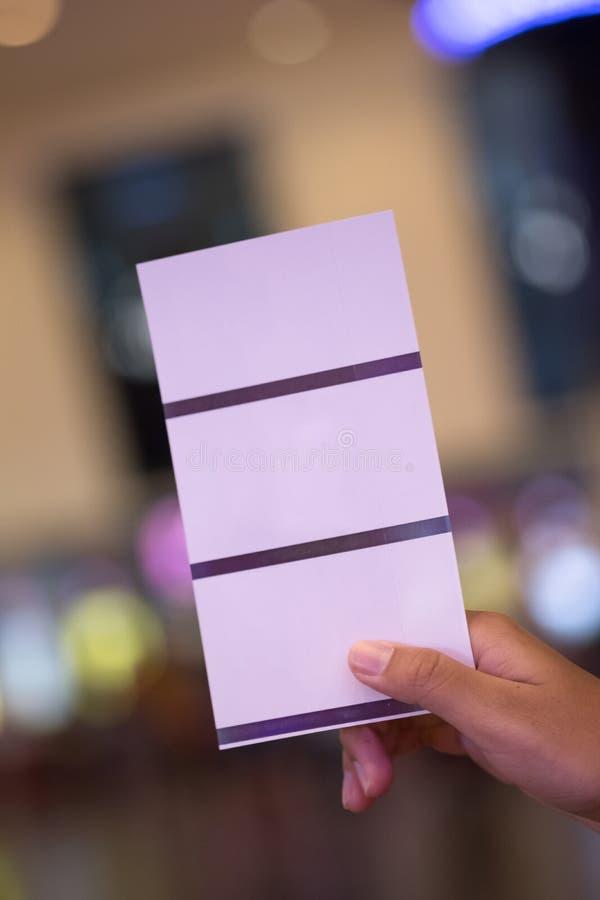 Concetto del biglietto di prenotazione del biglietto della carta della tenuta tre della mano immagini stock