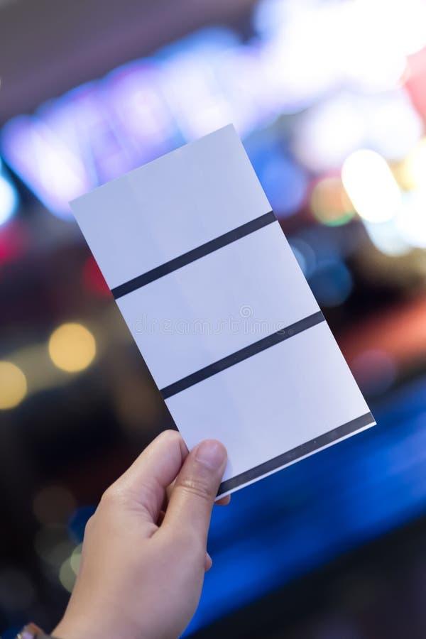 Concetto del biglietto di prenotazione del biglietto della carta della tenuta tre della mano fotografia stock