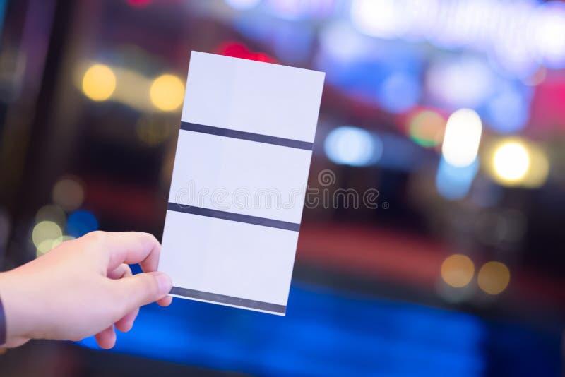 Concetto del biglietto di prenotazione del biglietto della carta della tenuta tre della mano immagine stock