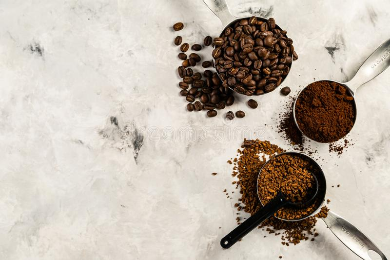 Concetto del caffè - fagioli, terra, istante, capsule, fondo di marmo fotografia stock