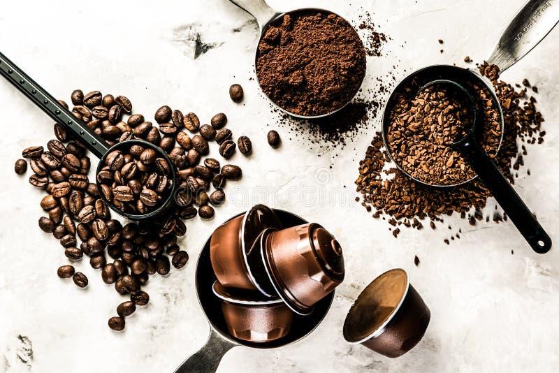 Concetto del caffè - fagioli, terra, istante, capsule, fondo di marmo immagine stock libera da diritti