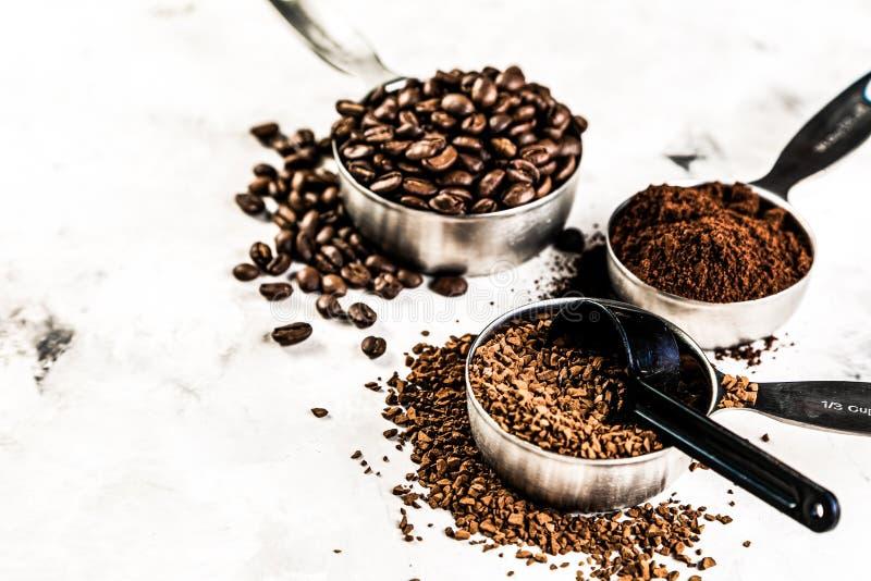 Concetto del caffè - fagioli, terra, istante, capsule, fondo di marmo immagini stock libere da diritti