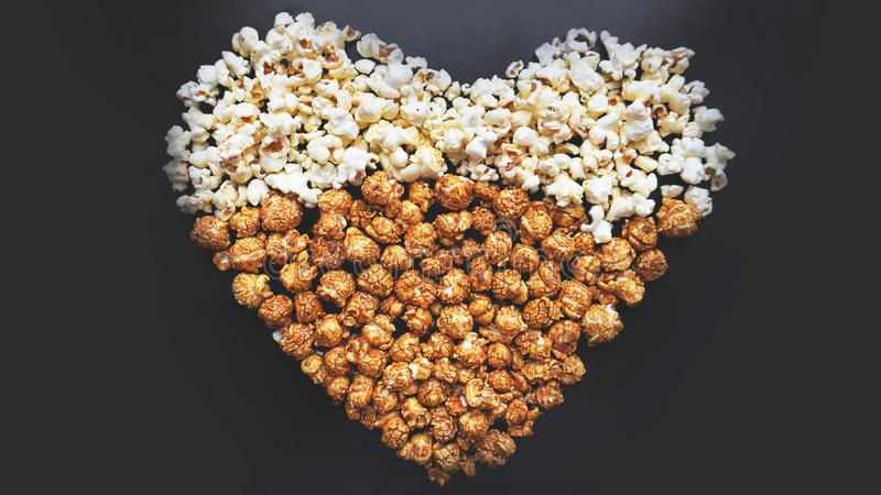 Concetto del cinema di amore di popcorn sistemato in una forma del cuore Popcorn assortito fotografie stock libere da diritti