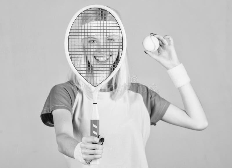 Concetto del club di tennis Sport e spettacolo di tennis Svago ed hobby attivi La bionda esile di misura della ragazza gioca a te fotografia stock