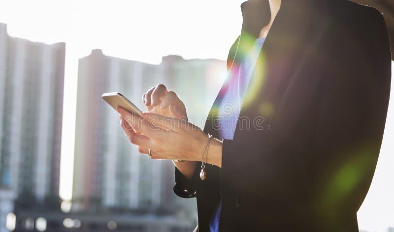 Concetto del dispositivo di Lifestyle Using Connection della donna di affari fotografia stock libera da diritti