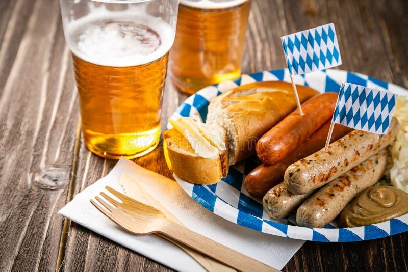 Concetto del fest di ottobre - alimento tradizionale e birra serviti all'evento fotografie stock libere da diritti