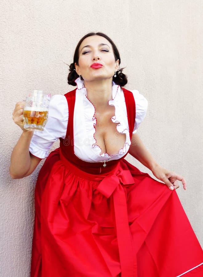 Concetto del fest di ottobre Bella donna tedesca in dirndl tipico del vestito il più oktoberfest fotografia stock