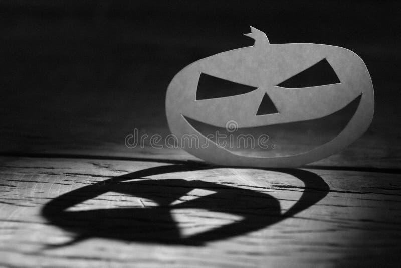 Concetto del fondo di Halloween Ombra divertente a del fronte della zucca di Jack O fotografia stock libera da diritti