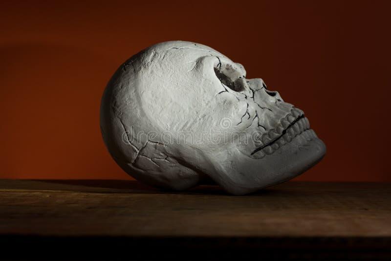 Concetto del fondo di Halloween Profilo del cranio umano, lig triste fotografia stock