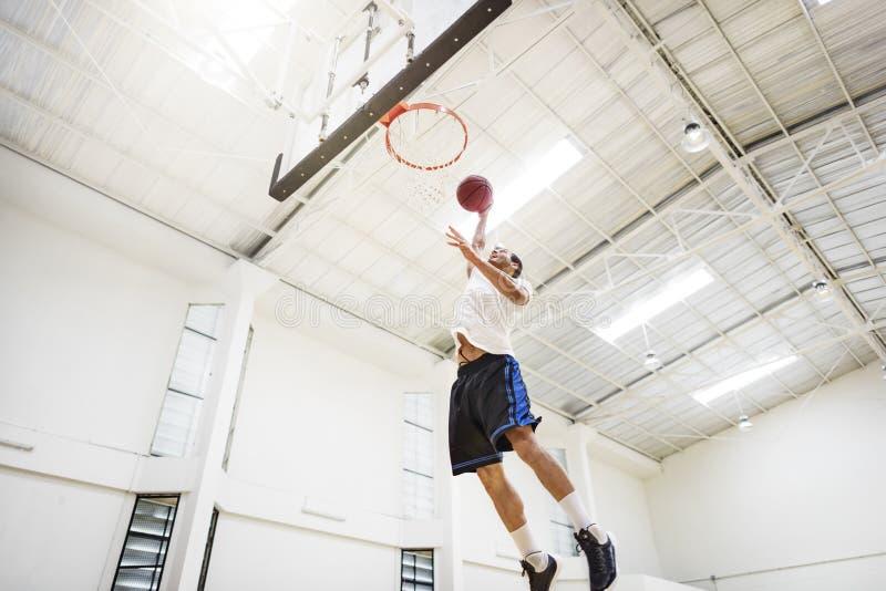 Concetto del giocatore di esercizio della concorrenza di rimbalzo di pallacanestro immagine stock libera da diritti