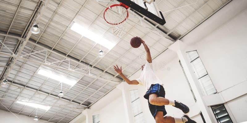 Concetto del giocatore di esercizio della concorrenza di rimbalzo di pallacanestro fotografia stock libera da diritti