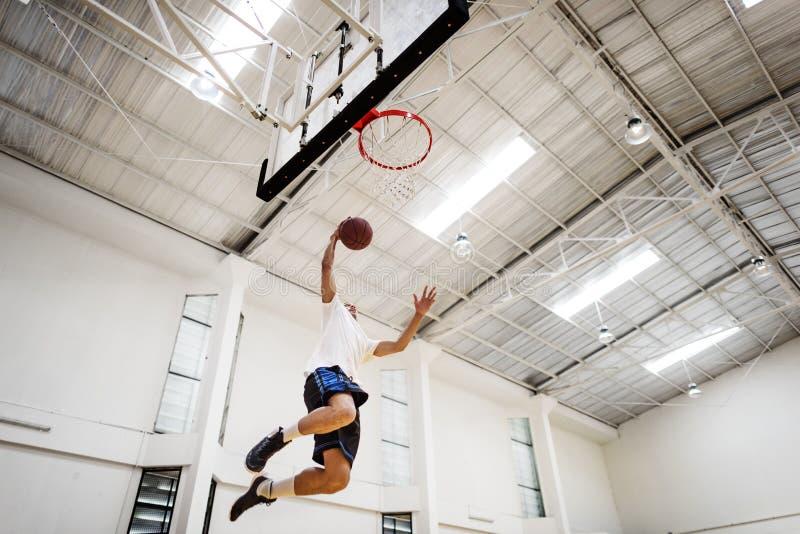 Concetto del giocatore di esercizio della concorrenza di rimbalzo di pallacanestro fotografie stock