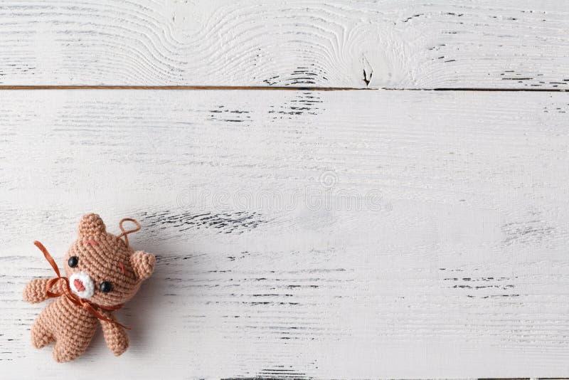 Concetto del gioco del giocattolo del bambino Pagina con l'orso tricottato divertente fatto a mano immagini stock