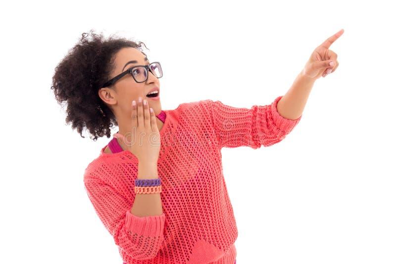 Concetto del gossip - adolescente afroamericano grazioso emozionante dentro fotografia stock libera da diritti
