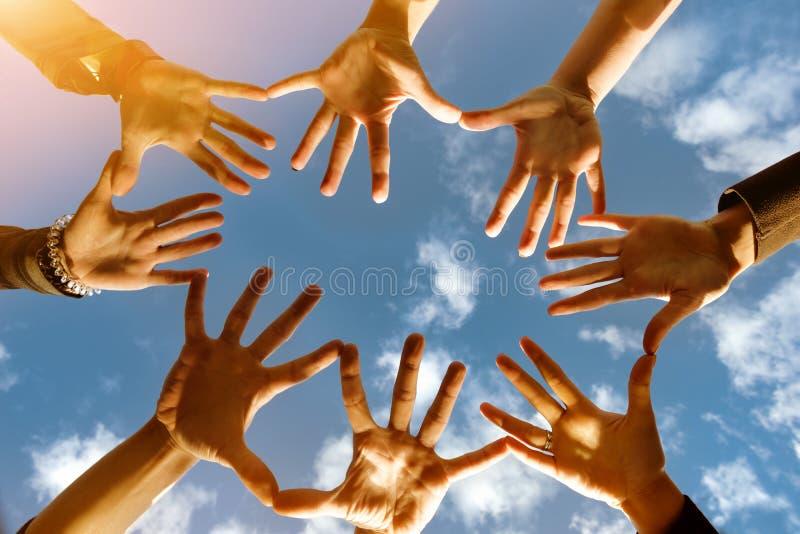 Concetto del gruppo di Friendsship con molte mani nel cerchio fotografie stock libere da diritti