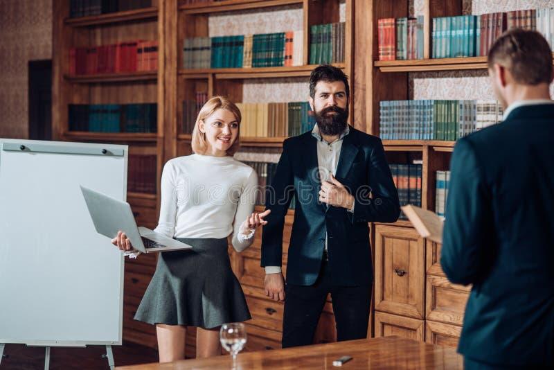 Concetto del gruppo Il gruppo di gente di affari lavora insieme e comunica Gruppo di studenti in biblioteca universitaria fotografia stock
