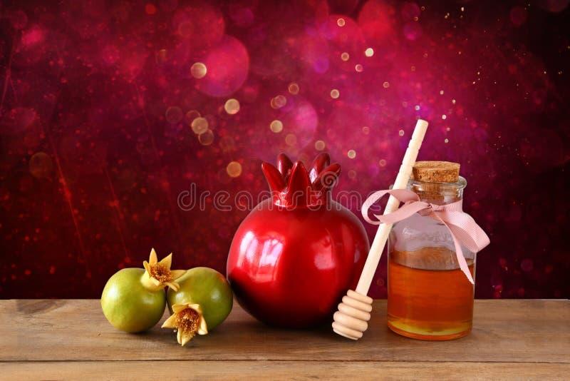 Concetto del hashanah di Rosh (festa del jewesh) - miele e melograno sopra la tavola di legno simboli tradizionali di festa immagini stock