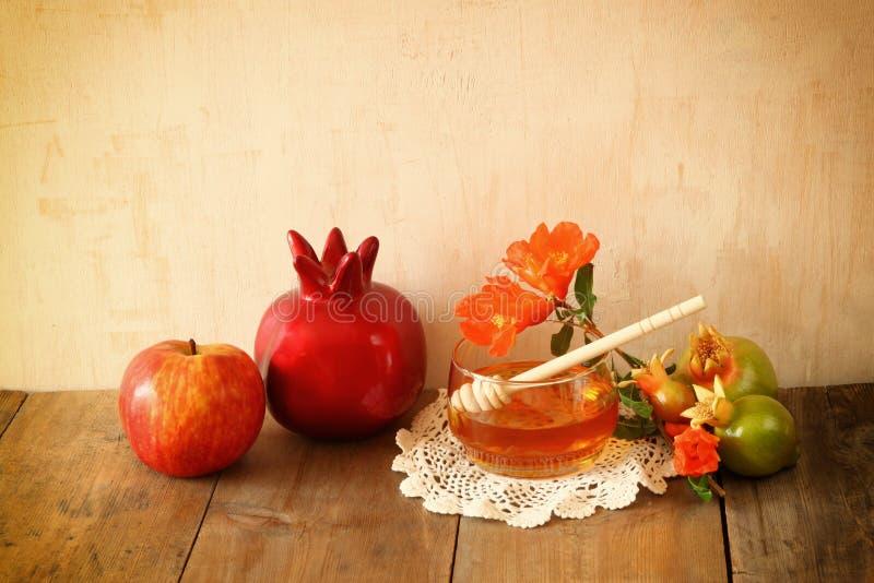 Concetto del hashanah di Rosh (festa del jewesh) - miele, mela e melograno sopra la tavola di legno simboli tradizionali di festa immagini stock