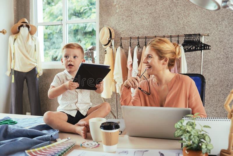 Concetto del lavoro e di maternità immagini stock libere da diritti