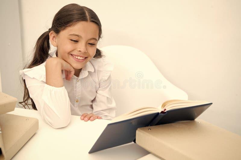 Concetto del libro Libro di lettura felice di sorriso della ragazza Insegni a prenotare Libro per cambiare il vostro mondo fotografie stock