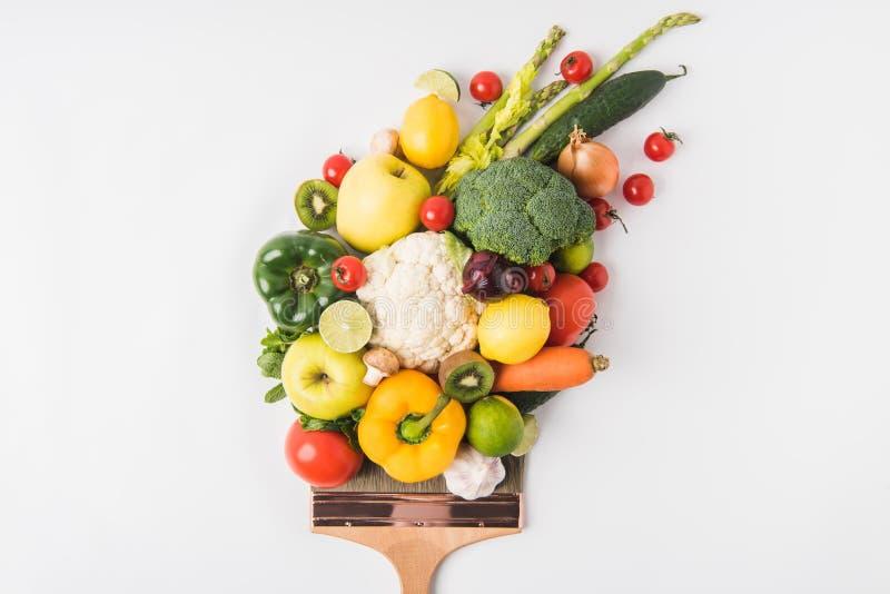 Concetto del mercato degli agricoltori con le verdure e frutti sulla spazzola isolata su fondo bianco immagine stock libera da diritti