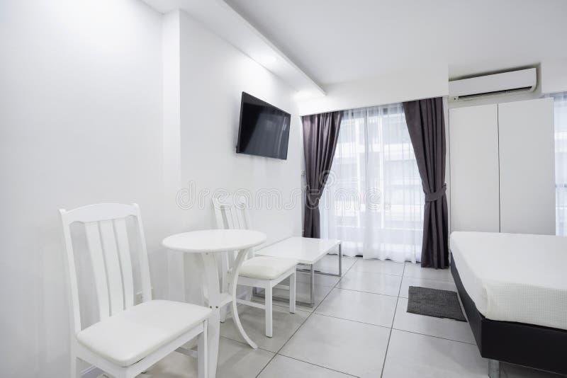Concetto del modello vivente moderno della decorazione della stanza dell'appartamento nel bianco immagine stock libera da diritti