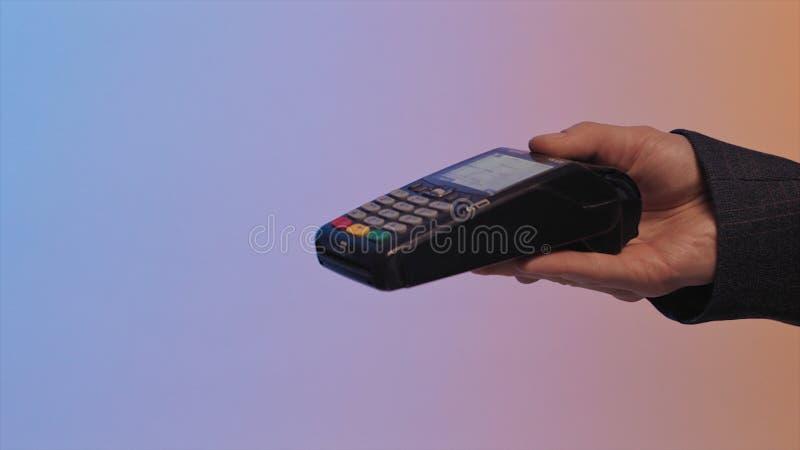 Concetto del pagamento, acquisto, carta di credito, facendo uso del BANCOMAT azione I clienti possono utilizzare il telefono ad o fotografia stock libera da diritti