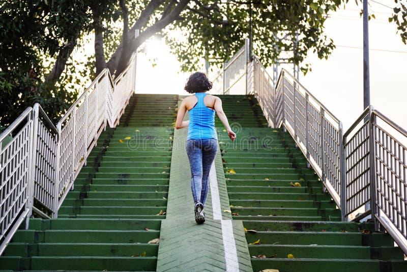 Concetto del parco di Exercise Healthy Lifestyle dell'atleta delle sportive immagine stock libera da diritti