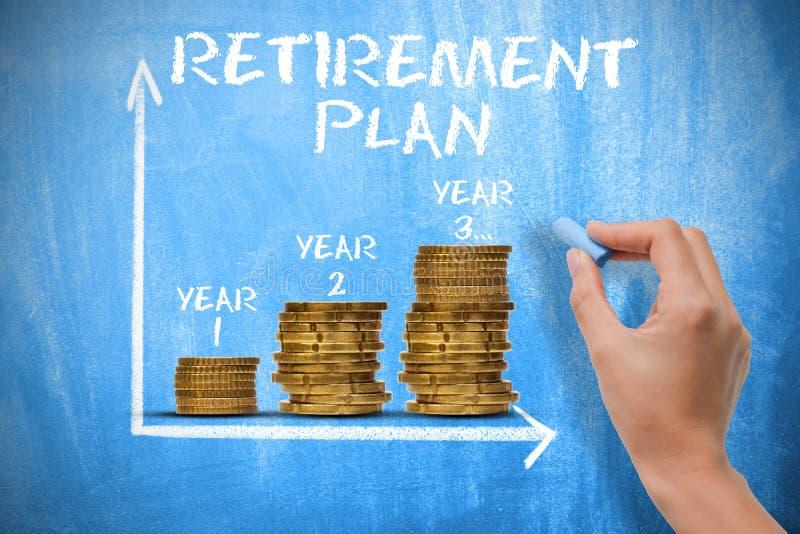 Concetto del piano pensionistico con i mucchi delle monete sulla lavagna fotografie stock libere da diritti