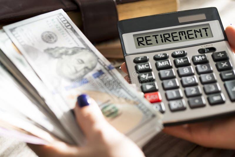 Concetto del piano pensionistico con la pila di soldi, di ordine del giorno personale e di calcolatrice dell'ufficio immagini stock libere da diritti
