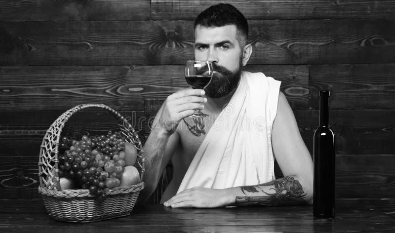 Concetto del raccolto di autunno e di viticoltura Uomo con la barba immagini stock