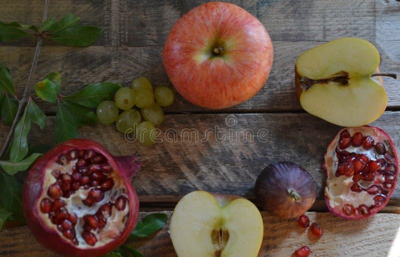 Concetto del raccolto di autunno - frutti sulla tavola di legno Fuoco selettivo Spazio per testo fichi dell'uva del melograno del fotografie stock libere da diritti