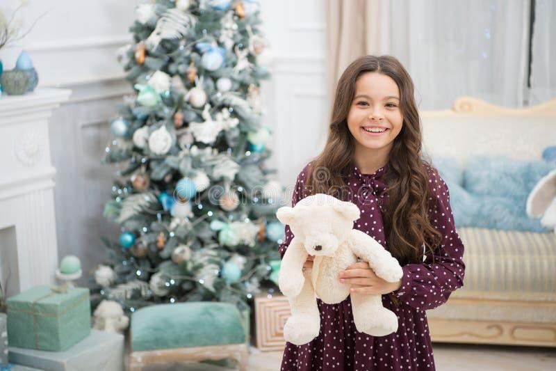 Concetto del regalo di Natale L'orsacchiotto migliora il benessere psicologico Giocattolo allegro della peluche dell'orsacchiotto immagine stock