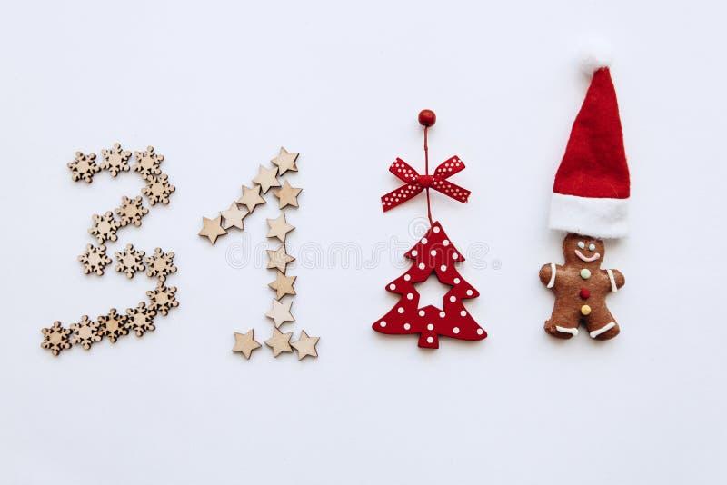 Concetto del ` s del nuovo anno in uno stile minimalista dai vari ornamenti compreso il piccolo uomo dello zenzero tradizionale fotografia stock