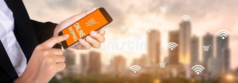 Concetto del settore della telefonia mobile: mani della donna di affari facendo uso dello Smart Phone immagini stock